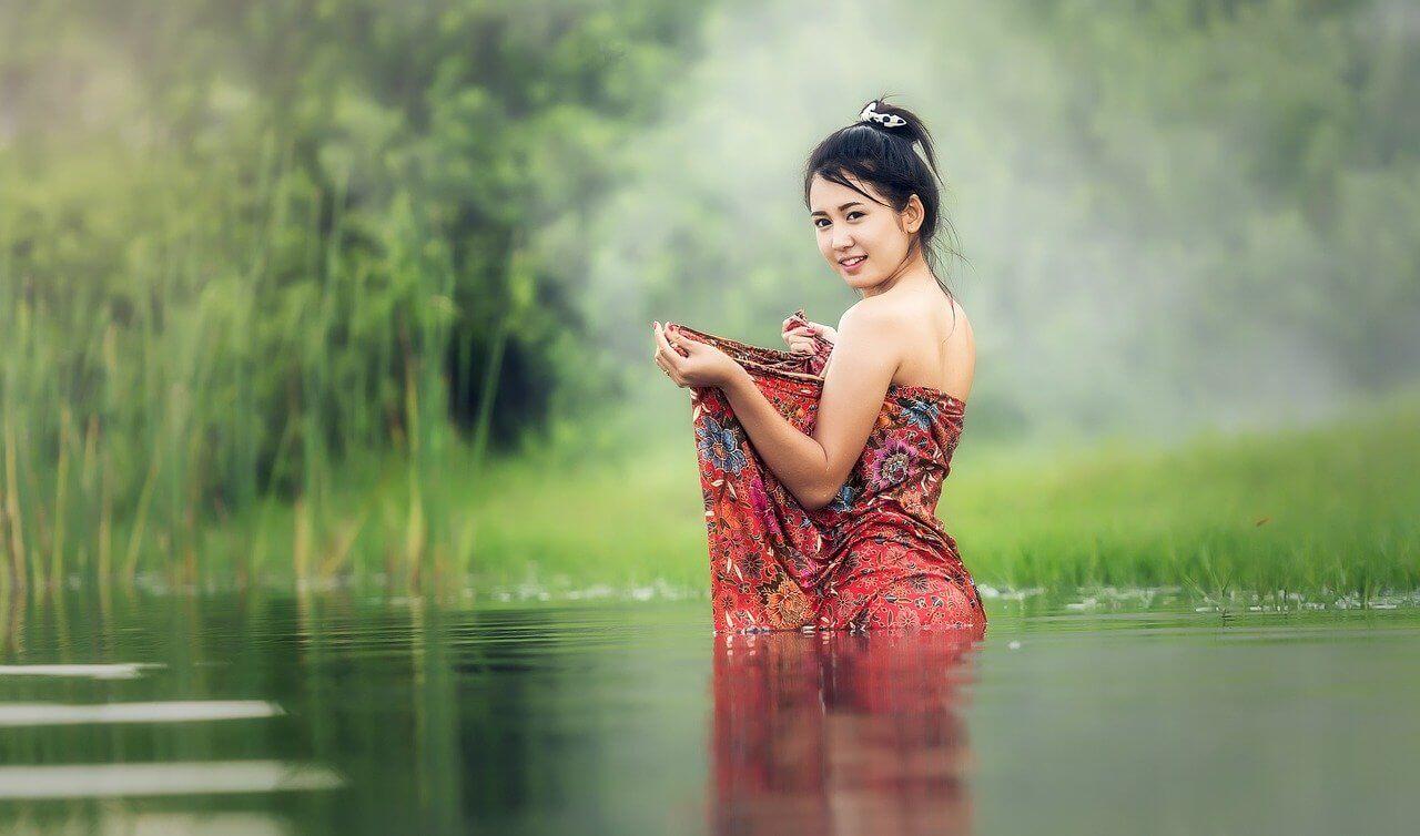 thaimaalainen nainen vedessä